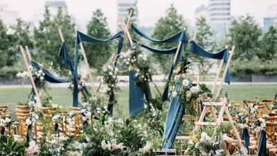 户外婚礼遇上阴雨天 竟是另一番味道