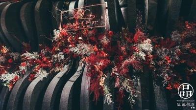 这场红与黑邂逅的婚礼,碰撞出跳动着的浓郁热烈