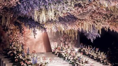 粉色的百花齐放,蓝色的灿烂星空,这场婚礼是少女的期待