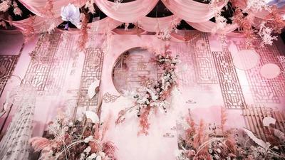 新中式婚礼与甜美粉色的融合,充满少女感却又有蕴含中式的书香气