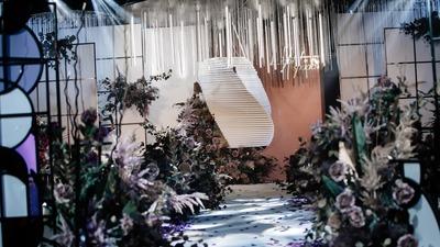 在光与影的交织中,我和你的时光被悄悄定格,紫色现代婚礼
