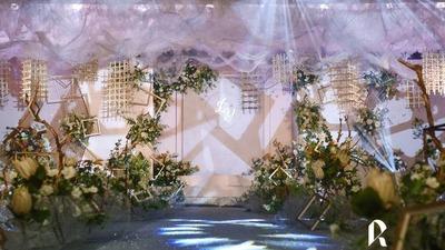 这大概就是她们口中的「梦幻」婚礼,香槟色和淡紫色的梦幻婚礼