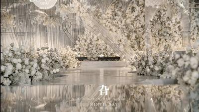 儒雅的白金色婚礼,搭配大量同色系花艺,美好且纯粹