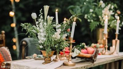 在山间湖水间的小众婚礼,一场最为自然舒适的户外婚礼