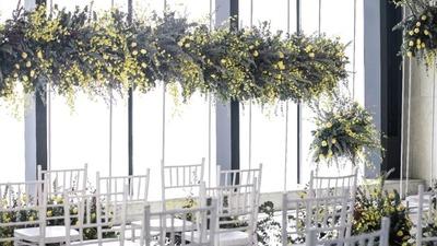 明媚的黄色和素雅温暖的白色,赋予婚礼干净纯粹的气质