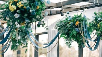 蓝色和黄色的户外婚礼,跨国大半个地球,这对夫妻有点酷