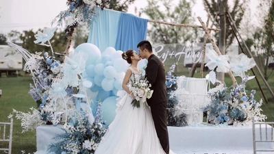 蓝色草坪婚礼