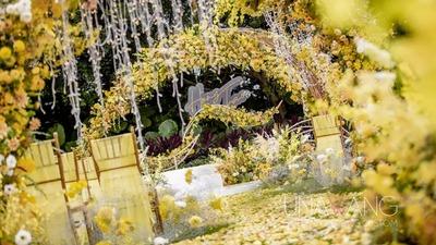 一场明亮的黄色系户外婚礼