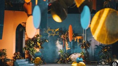 蓝橙撞色系的旅行主题婚礼