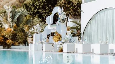 游泳池边的极简风蓝白色系婚礼