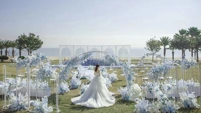 一场将草地和海天一色相融合的目的地婚礼