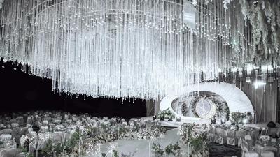 别致高贵又有空间感的白色水晶主题婚礼