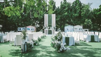 深绿色和暖白色的搭配,一场自然而不失仪式感的婚礼