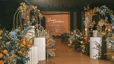 玉钦蓝与落日橘的搭配,呈现出一场有韵味的高级感婚礼