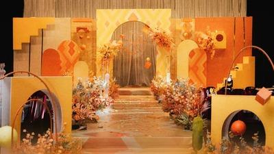 以黄橙色为主色调,一场强烈而独特的纪念碑谷主题婚礼