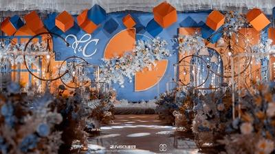 深沉蓝与活跃橙碰撞出了这场明媚的少女心婚礼