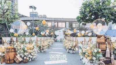 洁净的白、温润的绿与明艳的橘轻柔重叠的一场户外婚礼