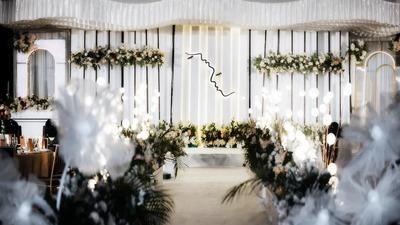 纯净白点缀着利落的黑色线条,一场纯洁真挚的极简风婚礼