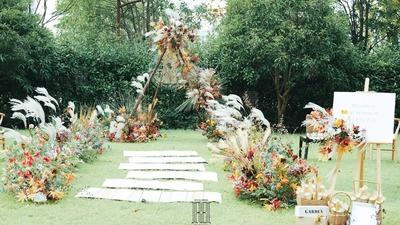 采用木质结构和复古感花艺相结合的户外婚礼