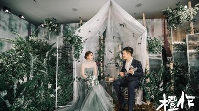 营造出简约文艺风的白色+雪松绿色系婚礼