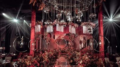 深木色花卉搭配勃艮第红色,一场优雅而浪漫的歌剧院式婚礼