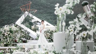 清新淡雅又有时尚感的白绿色系户外婚礼