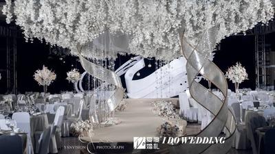 用蜿蜒柔美的曲线设计,呈现一场浪漫到极致的白色系婚礼