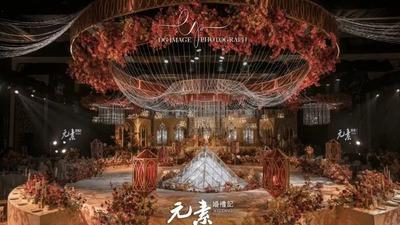 复古华丽的红金色交织碰撞 ,缔造了一座流光溢彩的殿堂