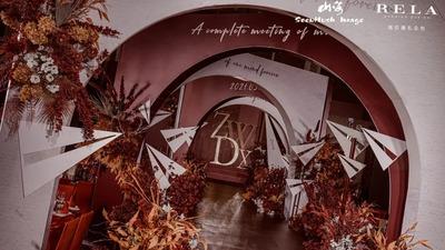 一场以暗色系搭配秋暖色系的纸飞机主题婚礼