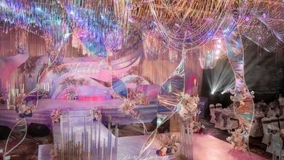 以镭射为设计元素,营造出一场五彩斑斓的时尚婚礼