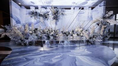 用极简的线条和花艺,打造一场静谧清爽的蓝色+白色系婚礼