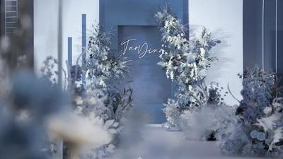 极简线条风搭配泰式花艺,一场蓝白色系的高级感婚礼