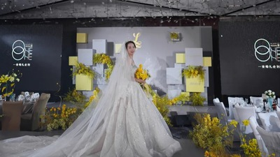 明黄色和高级灰的搭配,一场简单干净的视觉美感婚礼