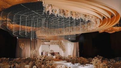 通过线条的流畅延伸,打造一场浓郁又细腻的奶茶色系婚礼