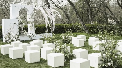 呈现出时尚现代艺术感的白绿色系户外婚礼
