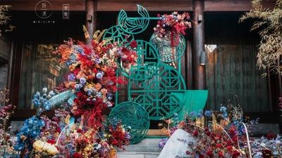 墨绿色搭配国风红花艺,一场小巧别致的汉唐主题婚礼