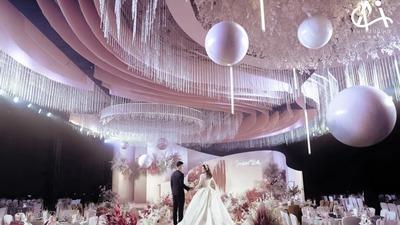 用立体花艺造型搭配简约线条的莫兰迪粉色系婚礼