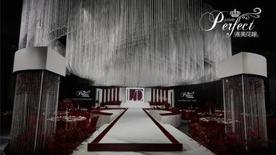 云峰白与红梨色相碰撞,呈现了一场简而不凡的秀场风婚礼