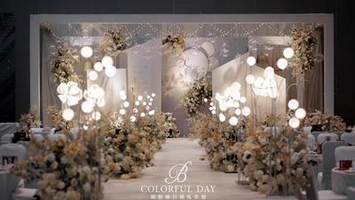 采用了错层设计的莫兰迪蓝色+淡香槟色系婚礼