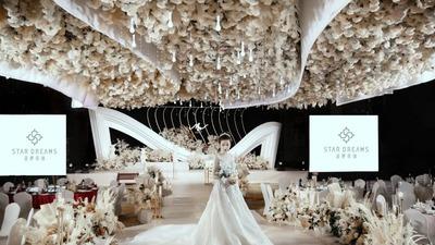 温暖且柔和的胶片黑+乳白+淡香槟金色系婚礼