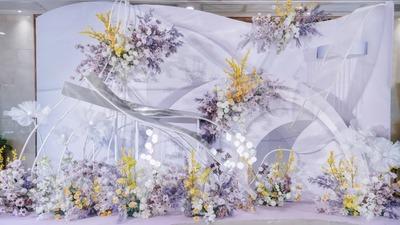 独特优雅的流线型设计,一场薄雾紫+明亮黄色系的高级感婚礼