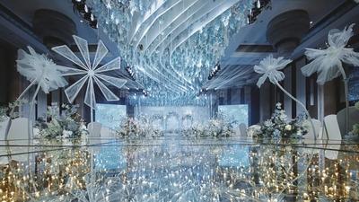 晶莹剔透且梦幻浪漫的冰蓝色系治愈感婚礼