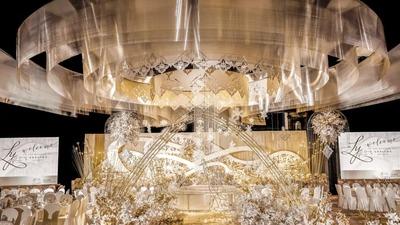 一场柔和唯美以金银配色作为主色调的婚礼