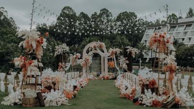 营造出法式花园感觉的香槟色+木质色系户外婚礼