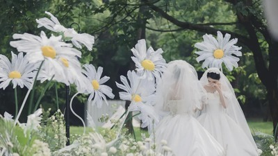 以小雏菊为设计元素清新而高级的户外婚礼