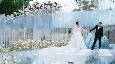 一场从具象到抽象的白色+蓝色系现代简约风目的地婚礼