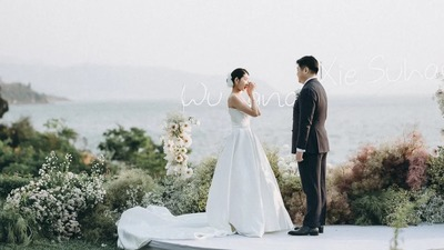 以时尚设计搭配软装花艺造型的极简风户外婚礼
