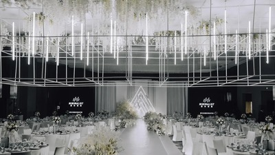 用光和纯白色作为设计元素,打造一场神圣且纯净的婚礼