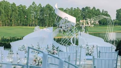 以莫比乌斯环作为设计元素的白绿色系户外婚礼