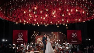 浓郁而热烈的勃艮第红+金色系简约几何风婚礼